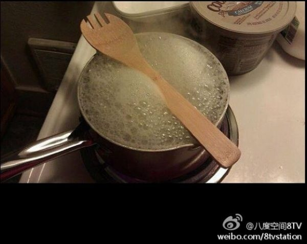 Laying a wooden spoon across the top of a boiling pot will stop the contents from boiling over. (Image: Weibo)