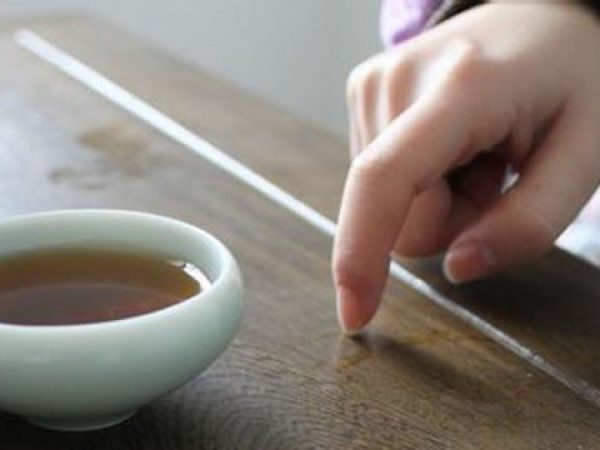 Tapping with the index or middle finger is equivalent to nodding. (Image: Secret China)