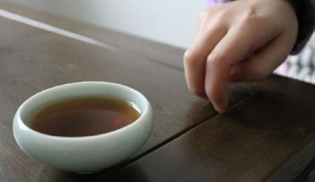 Using five fingers together like a fist and tapping on the table is equivalent to kowtowing on the floor. (Image: Secret China)