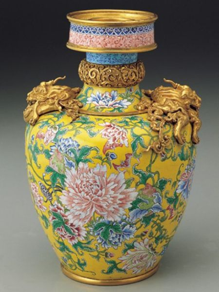 Painted enamelware vase with dragons of Qing dynasty. (Image: Chinazg.net)