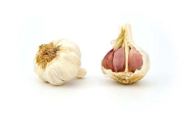 Baking garlic in the microwave for 10 seconds makes it easy to peel. (Image: Pixbay CC0 Public Domain)