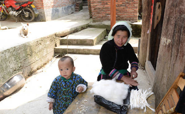 A woman in the village is preparing to weave. (Image: NTD TV)