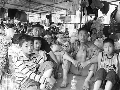 Earthquake victims in a temporary settlement. (Image: NTD TV)