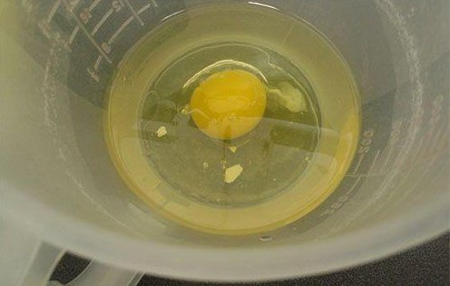 Wetting your fingertips will allow you to pick out that eggshell in a jiffy. (Image: NTD TV)
