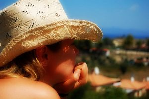 When enough sun is had, wear your hat (Image:Irina Patracu Gheorghita/flickr)