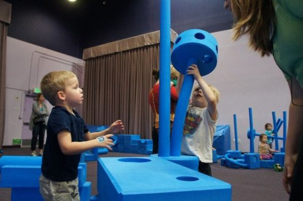 Kids working together to build at the Imagination Playground. (Image: Ermalfaro via Wikipedia / CC BY-SA 4.0)