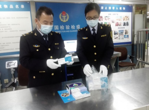 18 packs of imported vaccines were checked by workers. (Image: Caijing.com)