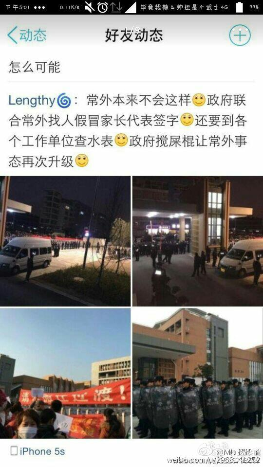 Parents were raising banners to petition for the change of school site. (Image: Weibo.com)