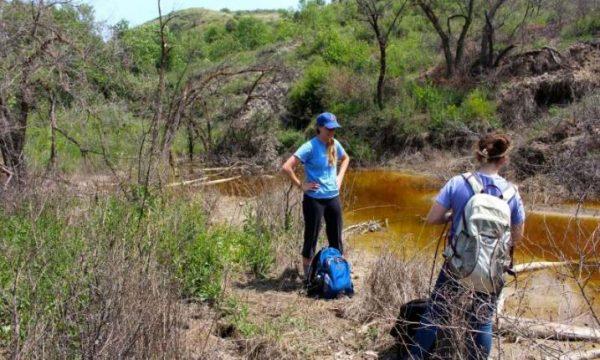 Nancy Lauer and Jennifer Harkness sample water and soil. (Image: Avner Vengosh)