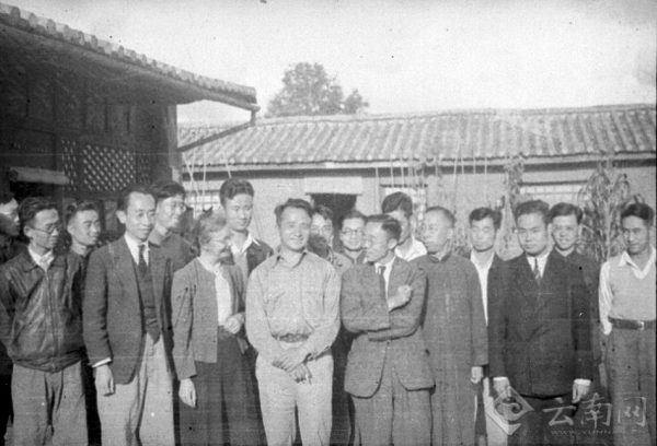 Dr. Tang Fei-fan (fourth from the right) at the Institute of Biological Sciences, Tsinghua University. (Image: Wikimedia / CC0 1.0)