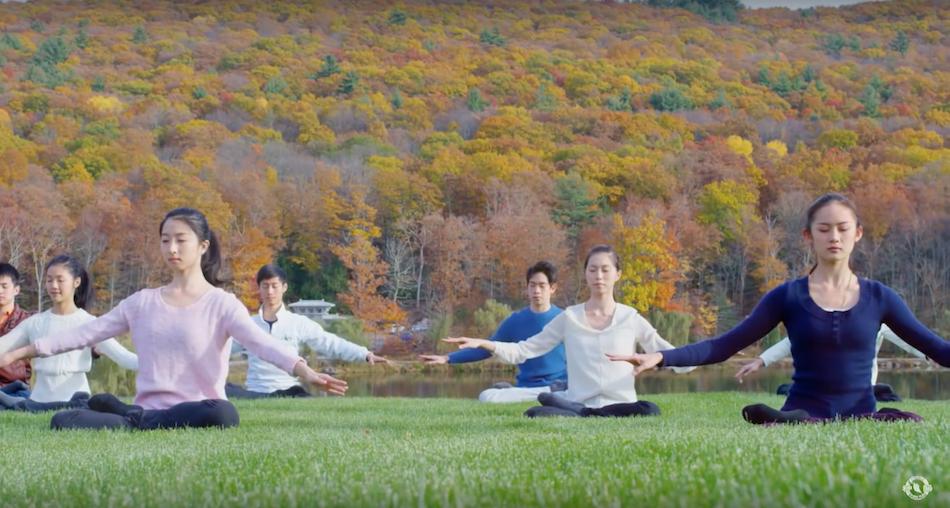 Artists practice meditation exercises of Falun Gong. (Image: Shen Yun Official Account via YouTube/Screenshot)