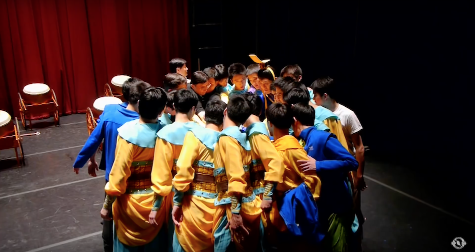 Shen Yun artists joining their hearts to work on the same goal to uplift and inspire their audience. (Image: Shen Yun Official Account via YouTube/Screenshot)