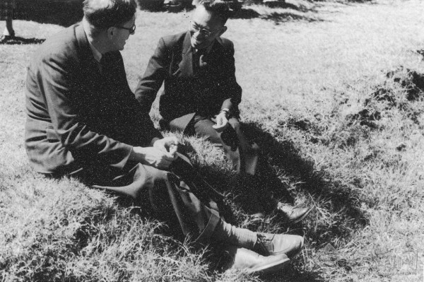 Dr. Tang Fei-fan talking with British sinologist, Dr. Joseph Needham on the lawn at the Central Epidemic Prevention Department. (Image: Wikimedia / CC0 1.0)