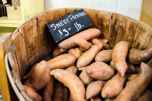 Sweet potatoes contain digestible fiber that can facilitate bowel movement. (Image: Pixabay / CC0 1.0)