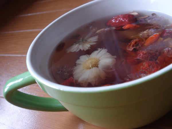 Brewing equal amount of freshly dried lily flowers, lotus seeds, and red dates in water will help to alleviate stress. (Image: Ken FUNAKOSHI via flickr / CC BY-SA 2.0)
