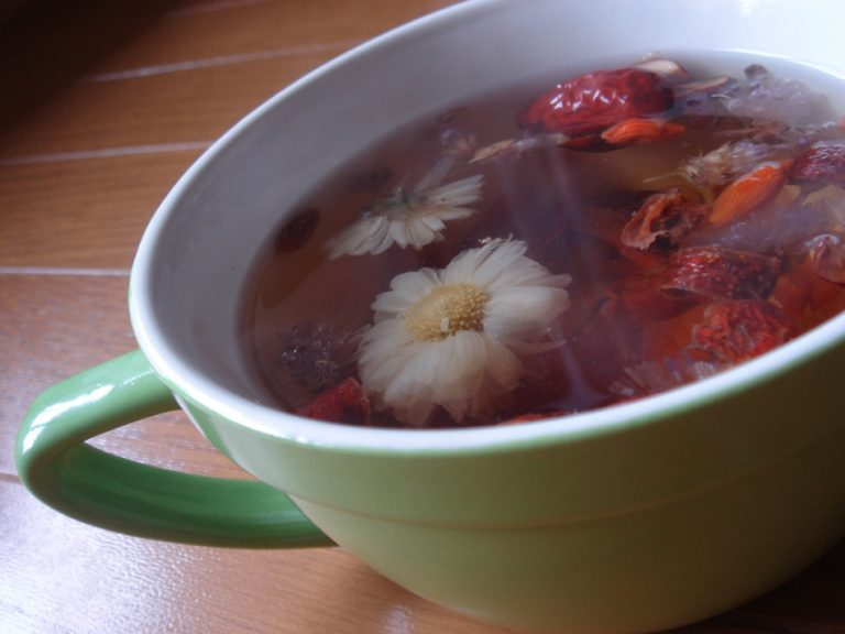 Brewing equal amount of freshly dried lily flowers, lotus seeds, and Chinese red dates in water will help to alleviate stress. (Image: Ken FUNAKOSHI via flickr / CC BY-SA 2.0)