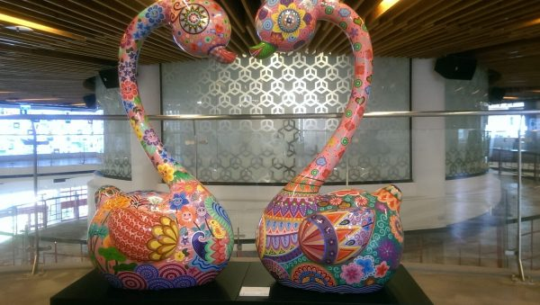 """Taiwanese artist Hung Yi's enameled steel sculpture """"Swan's Love"""" (Image: Billy Shyu/ Vision Times)"""