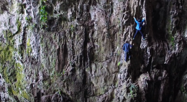 The Miao people of Guizhou Province are skilled at cliff climbing and collecting herbs by hand, just like Spider-Man. (Image: Screenshot/YouTube)