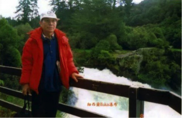 At age 75, he bought a backpack and a few supplies and traveled to Europe. (Image: Vision Times)