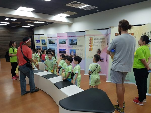 "Yang Ming Oceanic Culture and Art Museum is sponsored by the Yang Ming Cultural Foundation to conduct a cultural activity dubbed ""Museum-on-the-Go"" to display the beautiful photos of Taiwan lighthouses in various places across Taiwan. (Image: Courtesy of Yang Ming Oceanic Culture and Art Museum)"
