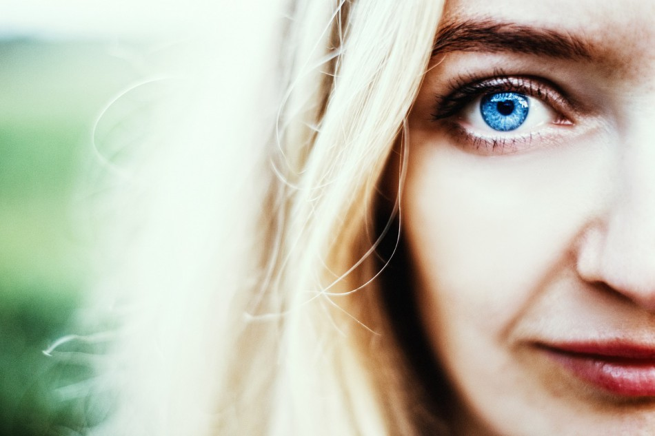 Eat foods rich in proteins and calcium can make our eyes bright.