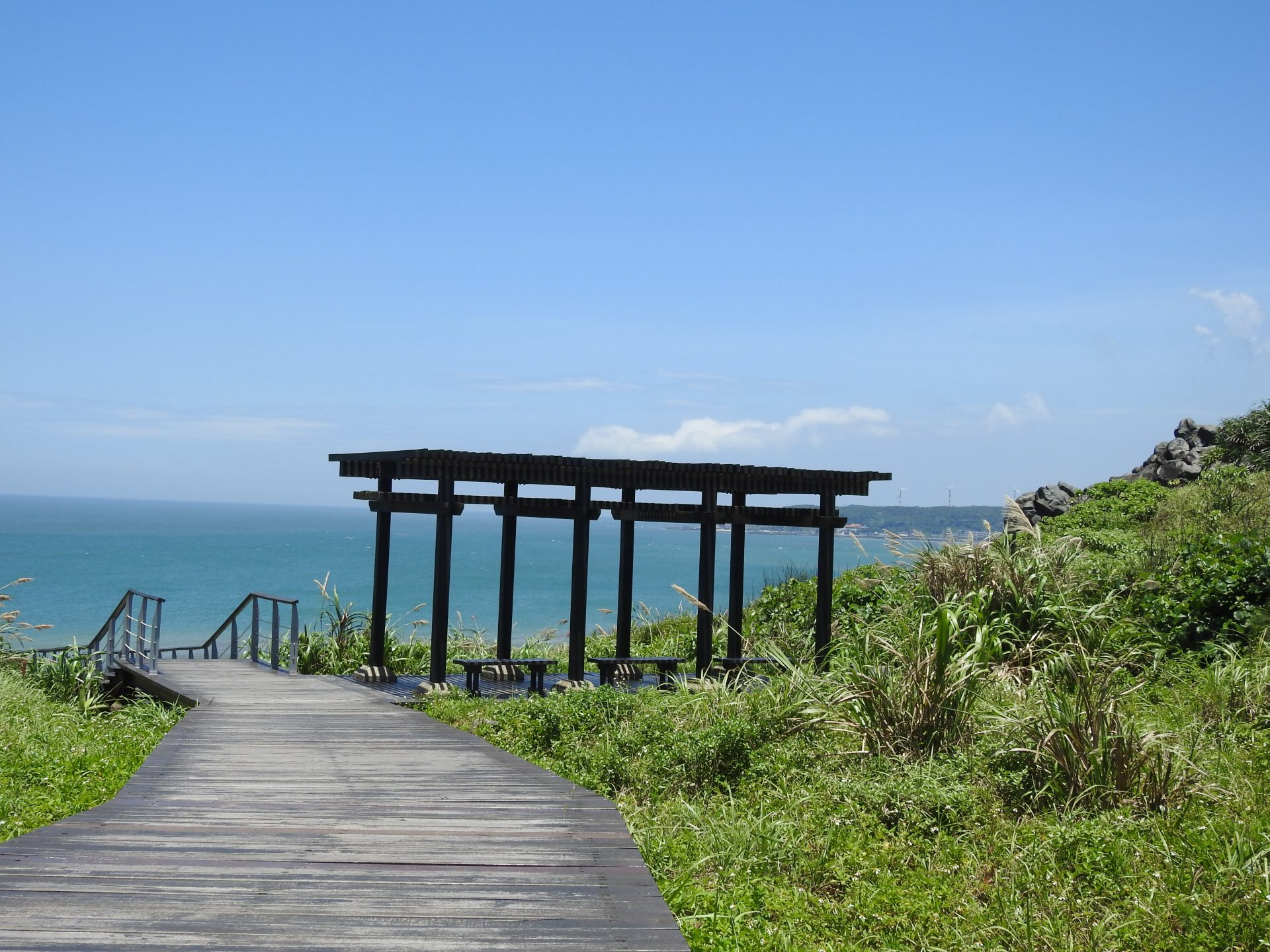 One of the trails in Fugui Cape Part that allow visitors to appreciate the amazing view of Taiwan's north coast (Billy Shyu/ Vision Times)