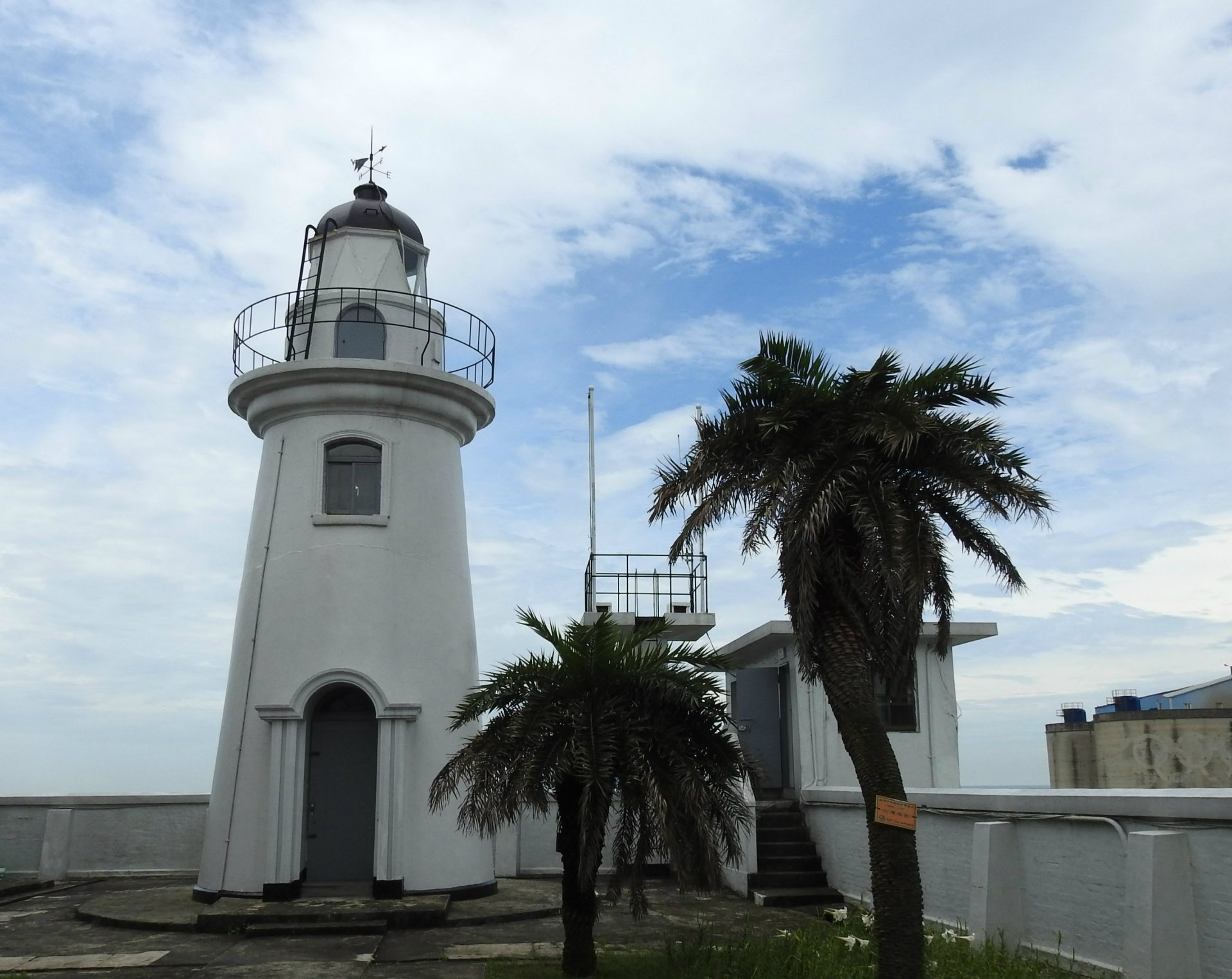 Fugui Cape Lighthouse (富貴角燈塔), equipped with a fog horn, is the northernmost lighthouse in Taiwan. (Image: Billy Shyu/ Vision Times)
