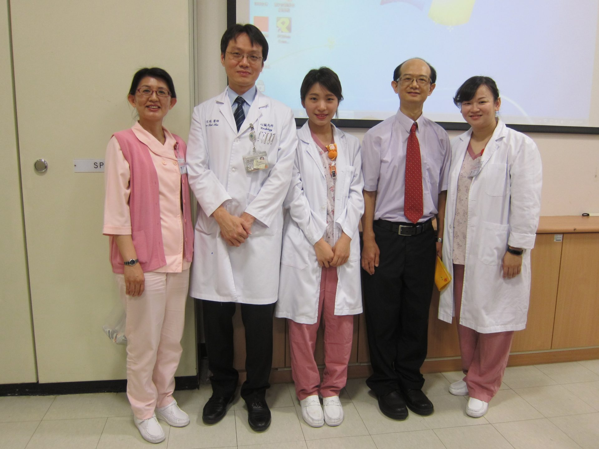 Mr. Hong poses with the medical team of the Taipei Medical University Shuang-Ho Hospital after he made a full recovery from heart failure for over one hour. (Image: Courtesy of Chung Yuan)