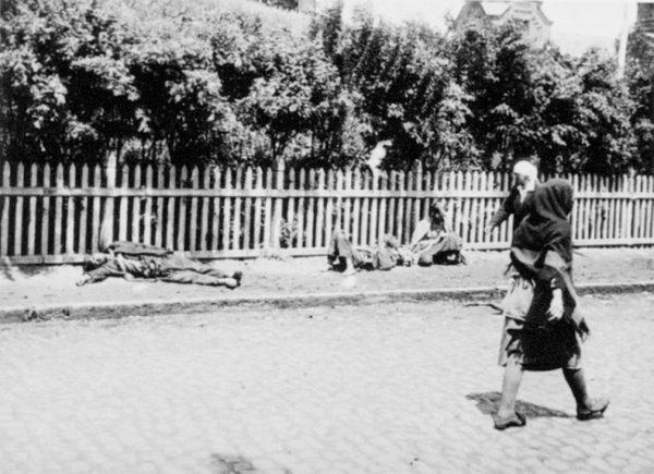 Starved Ukrainian peasants on a street in Kharkiv, 1933. (Image: Wikipedia Commons)