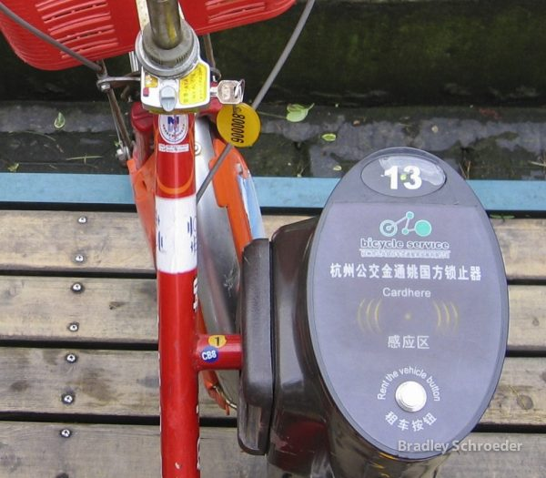 Wukong's mechanical locks, in contrast to market leaders, Mobike and Ofo, who use Bluetooth-enabled locks, made it easy for dishonest people to take the bicycles without payment. (Image: Brqdley Schroeder via flickr CC BY-SA 2.0)