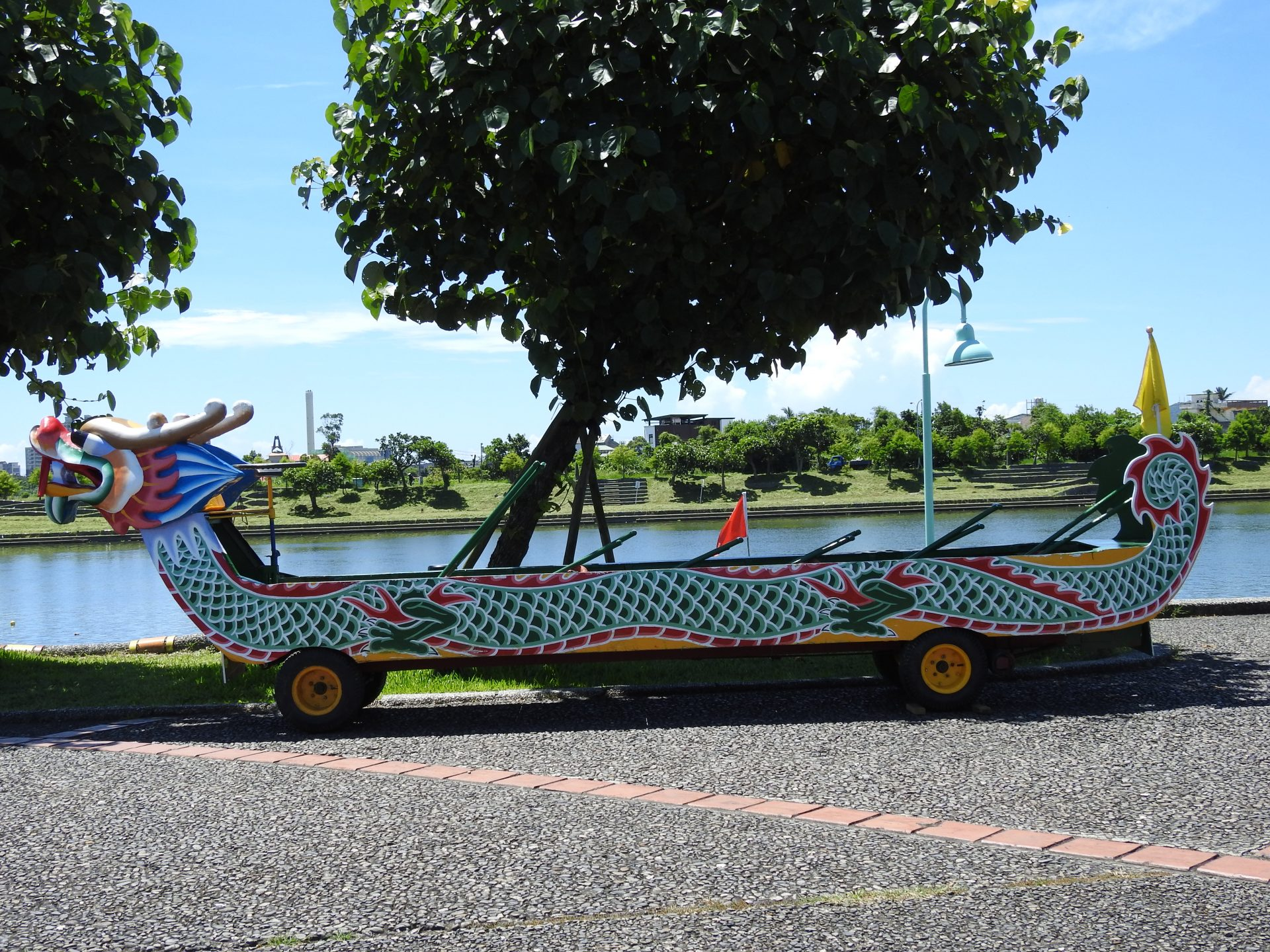 A wheeled dragon boat with specially-designed paddles for visitors to experience the fun of rowing on land. (Image: Billy Shyu/ Vision Times