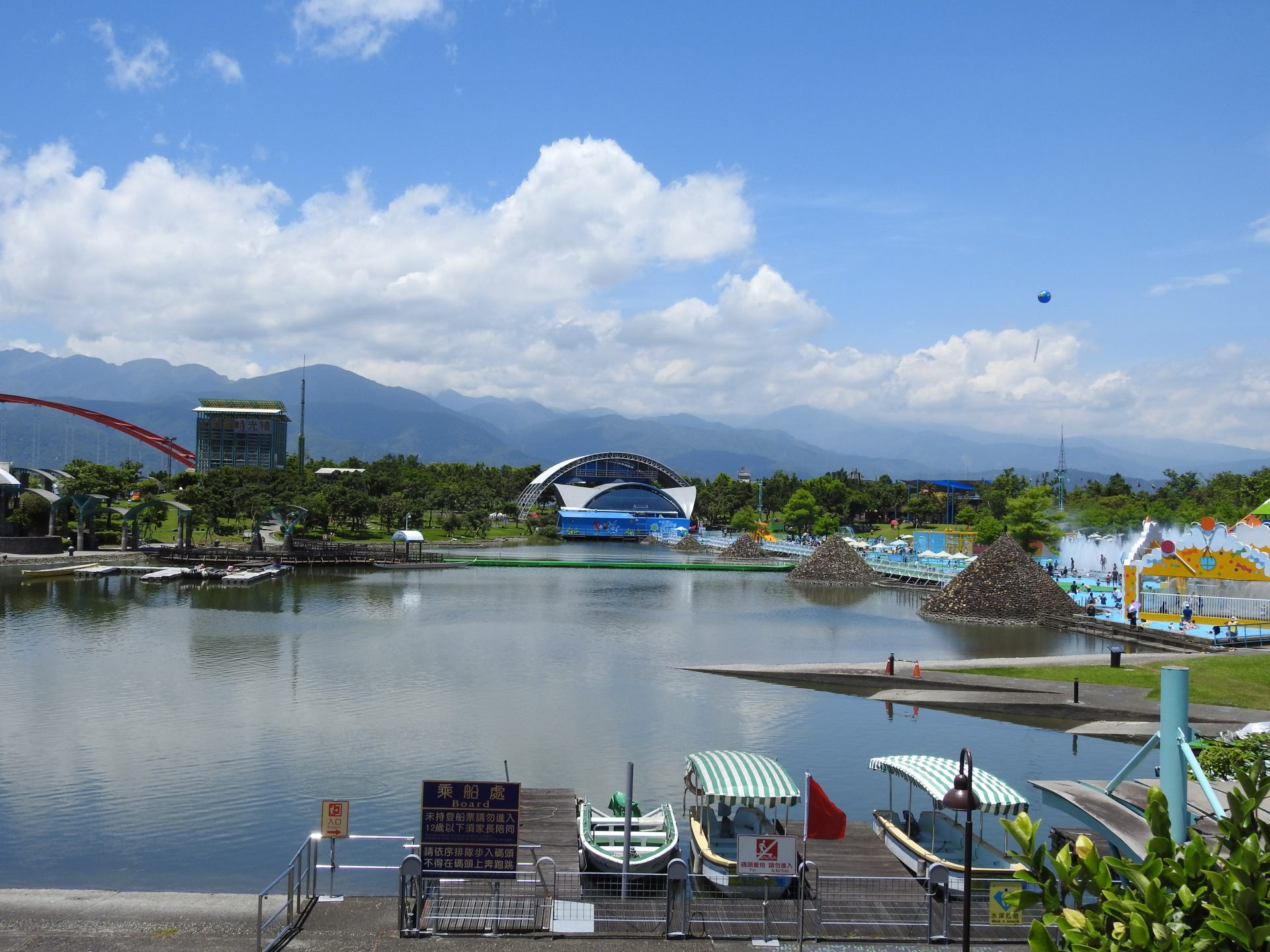 The overview of the water playgrounds at the Yilan International Children's Folklore and Folkgame Festival 2017 (Image: Billy Shyu/ Vision Times)