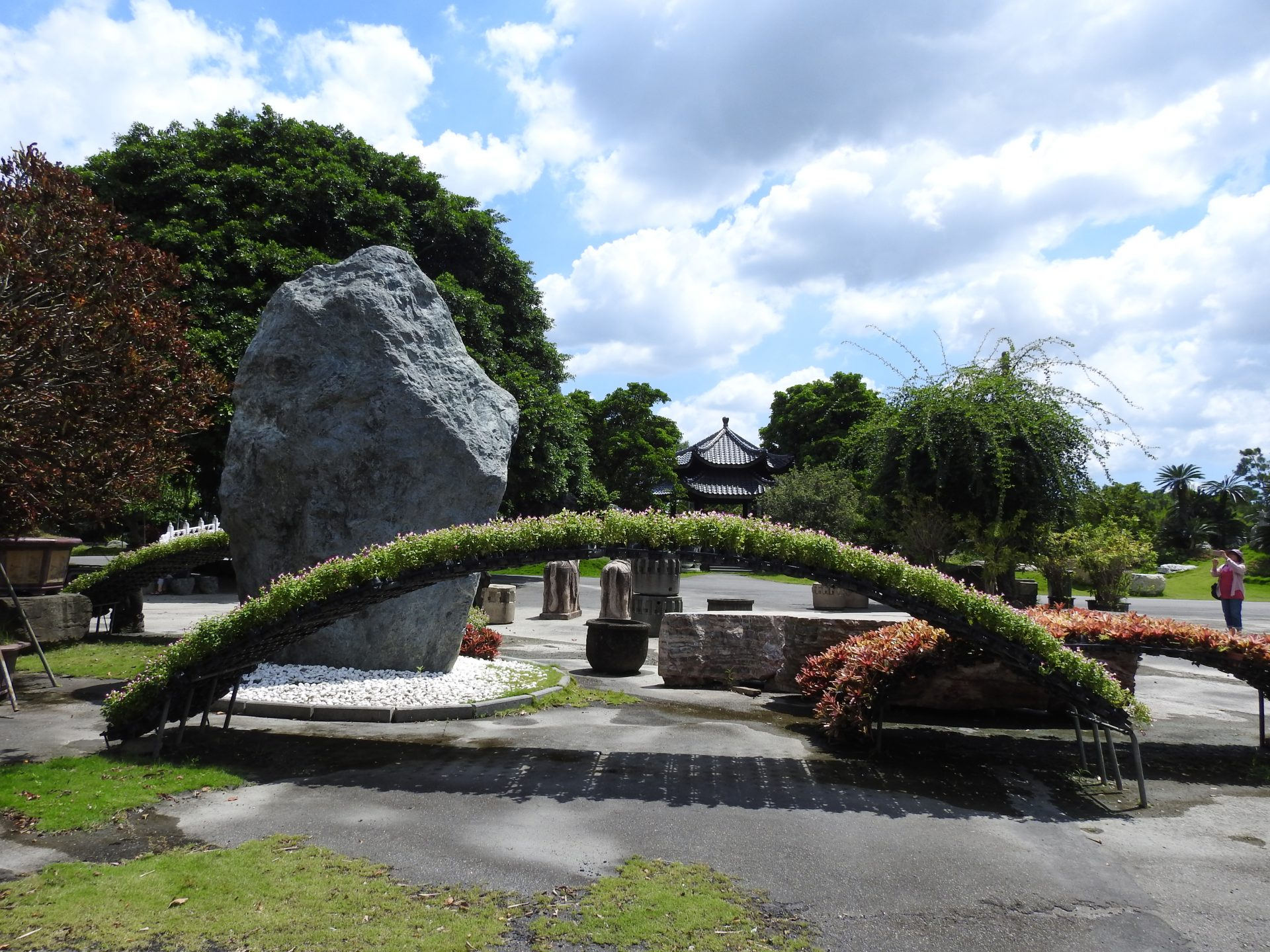 Mann Ying Art Garden has pavilions, terraces, small bridges, flowing ponds, waterfalls, and rare stones, which make the garden full of grandeur and vitality. (Image: Billy Shyu/ Vision Times)
