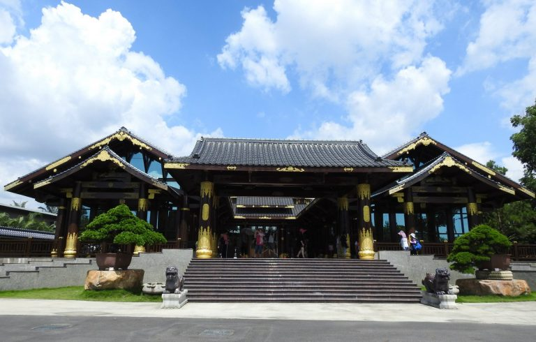 Zitan Palace (紫檀閣) is one of the most striking features of Wann Ying Art Garden (萬景藝苑). (Image: Billy Shyu/ Nspirement)