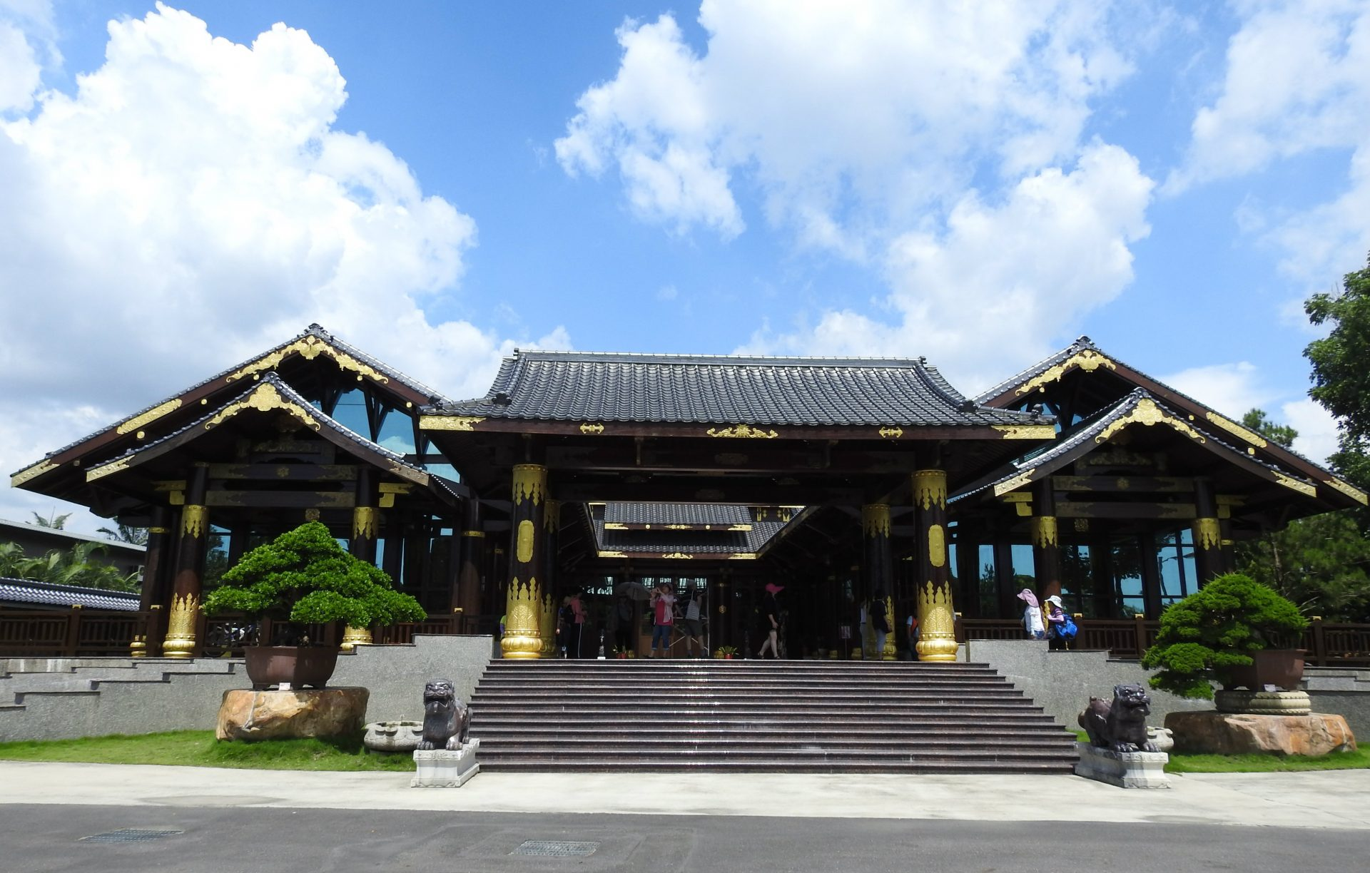 Zitan Palace (紫檀閣) is one of the most striking features of Wann Ying Art Garden (萬景藝苑). (Image: Billy Shyu/ Vision Times)