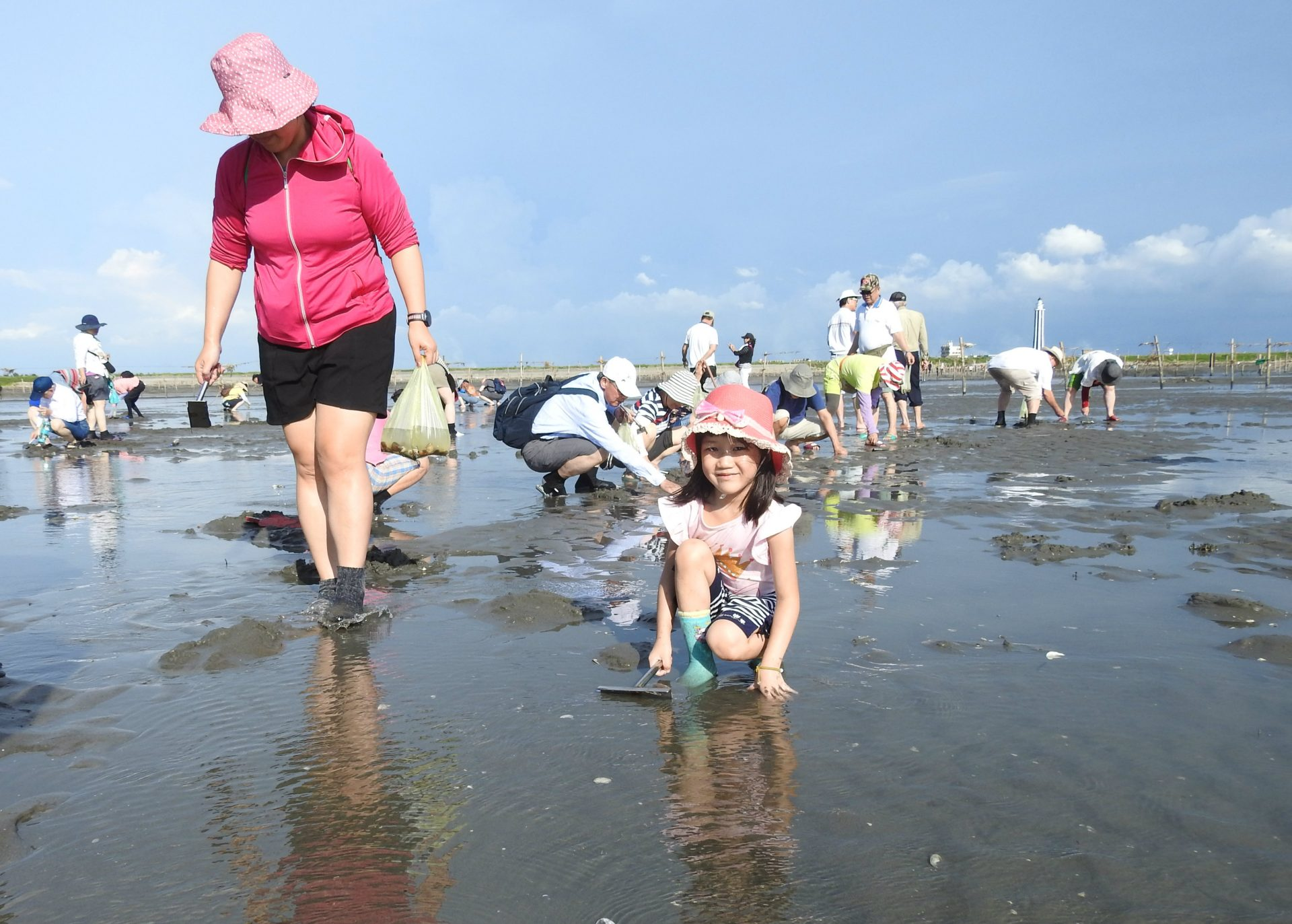 Visitors dig clams and forage for fiddler crabs in the mud. (Image: Billy Shyu/ Vision Times)