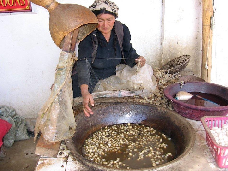 Atlas silk factory in Khotan. (Image: Colegota via wikimedia / CC BY-SA 2.5 es)