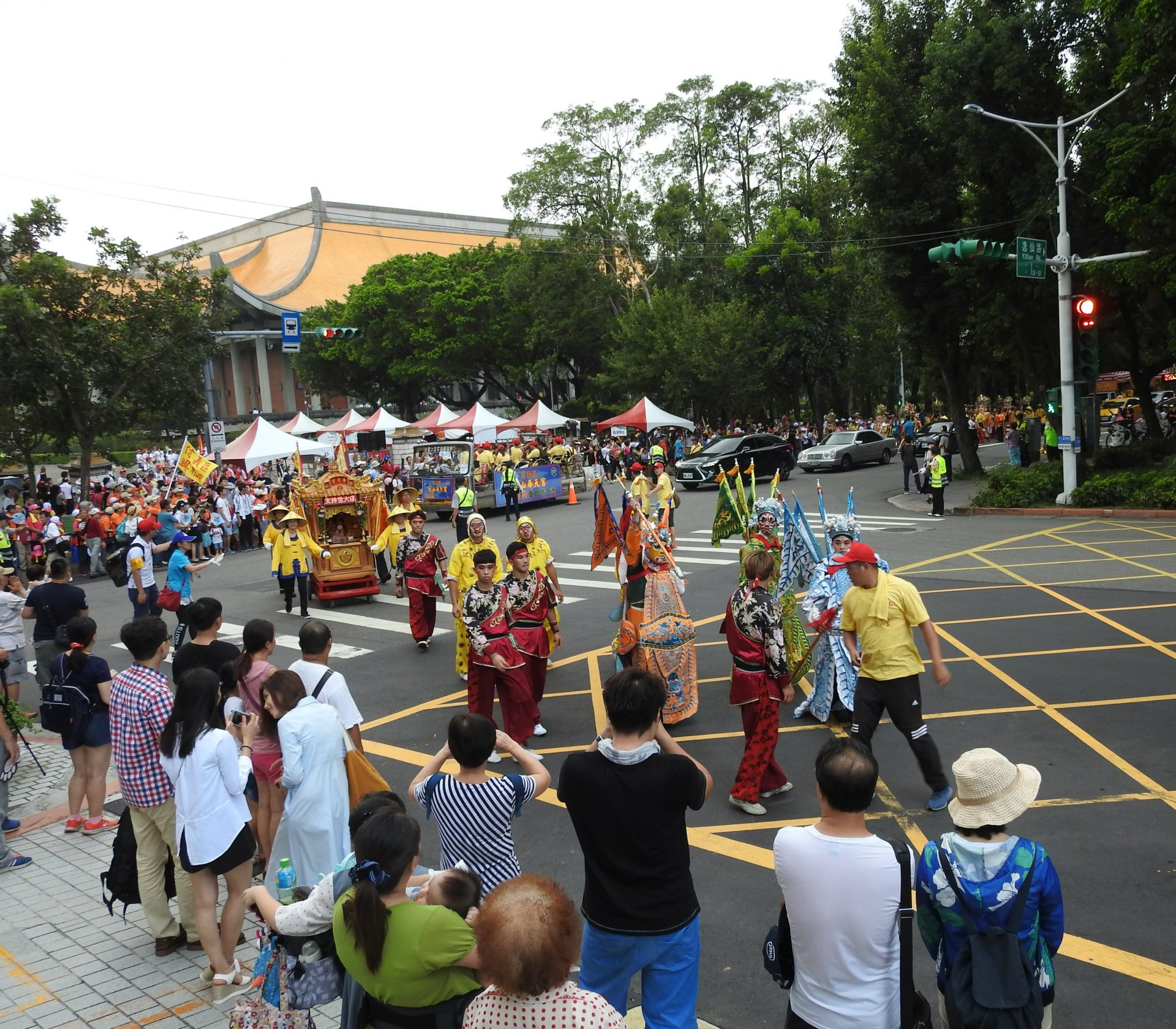 The grand parade is full of religious carnival atmosphere. (Image: Billy Shyu/Vision Times)