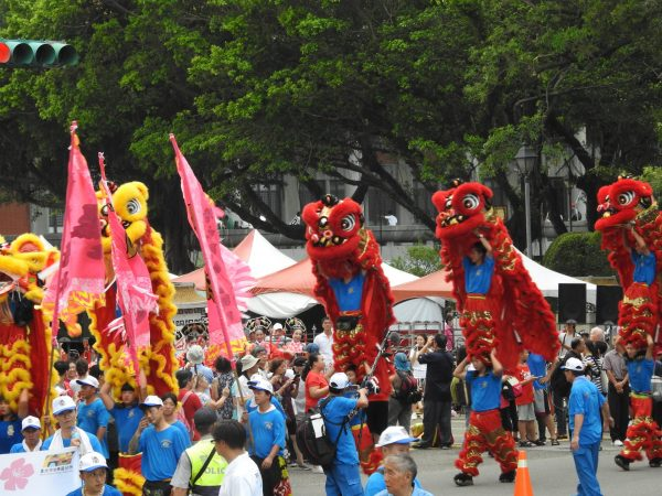 A civic group performs lion dance along the parade route marking the 2017 Summer Universiade in Taiwan. (Image: Billy Shyu/Vision Times)