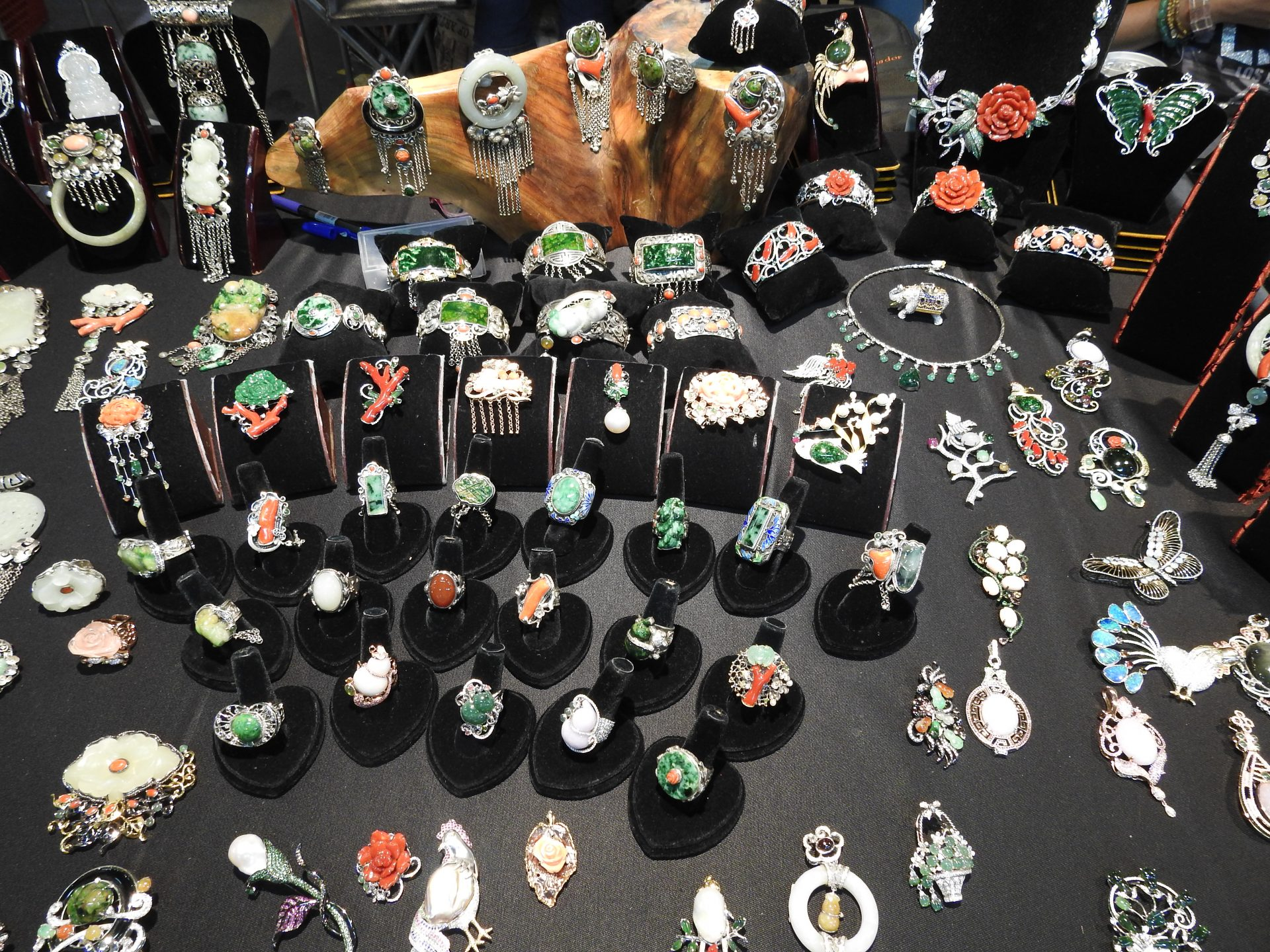 There are all kinds of jade rings consumers can choose from at the holiday jade bazaar in Taipei. (Image: Billy Shyu/ Vision Times)