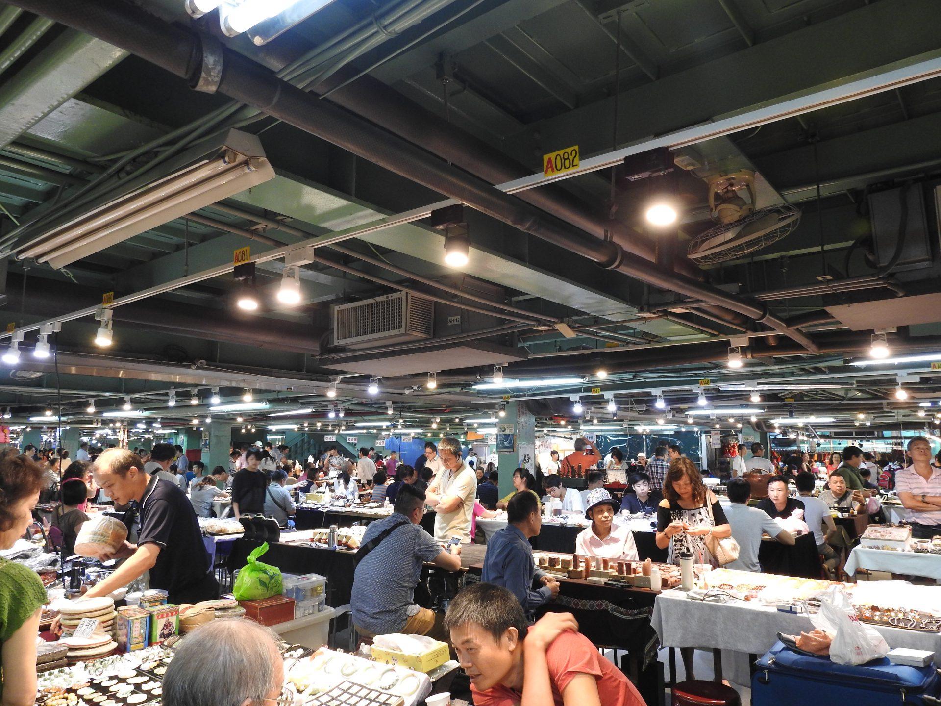 Taipei Jianguo Holiday Jade Market houses about 1,000 jade, stone and curio vendors. (Image: Billy Shyu/ Vision Times)