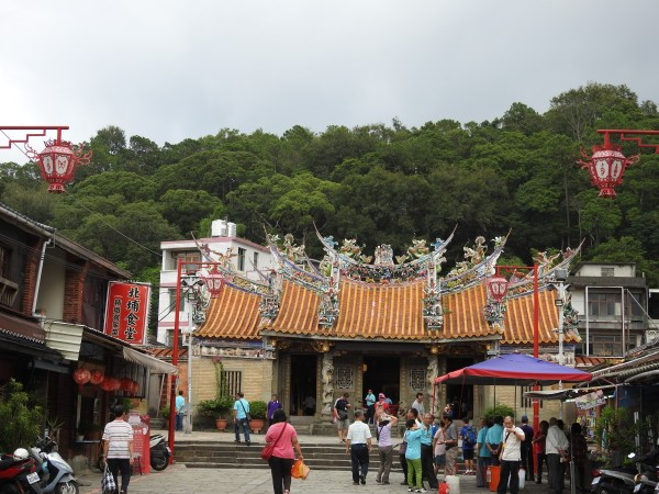 Ci-Tian Temple (慈天宮) is a popular spot among people visiting Beipu Old Street. (Image: Billy Shyu / Vision Times)