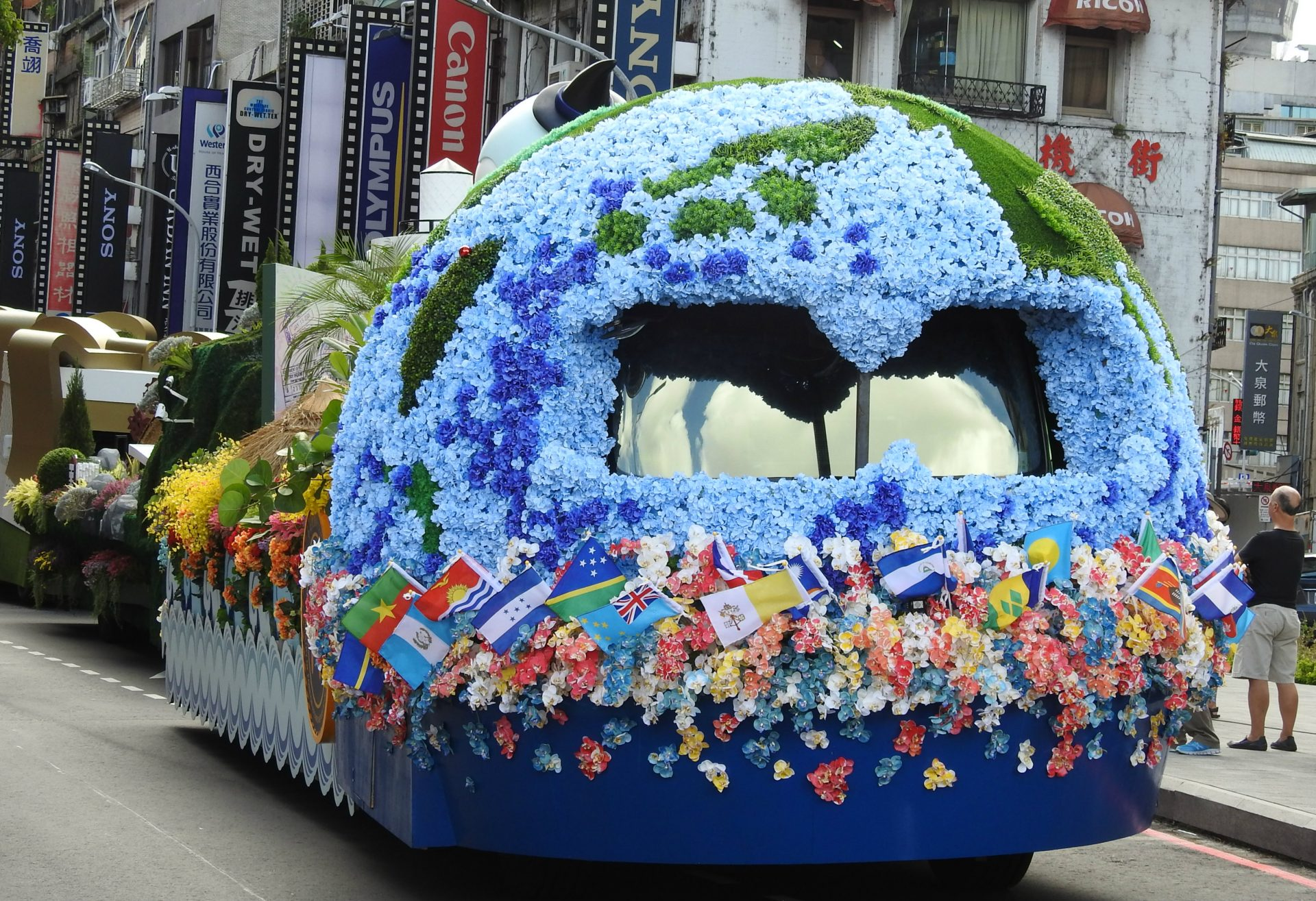 The float of the National Immigration Agency and the Ministry of Foreign Affairs ifeatures the nation's multiculturalism. (Image: Billy Shyu/ Vision Times)