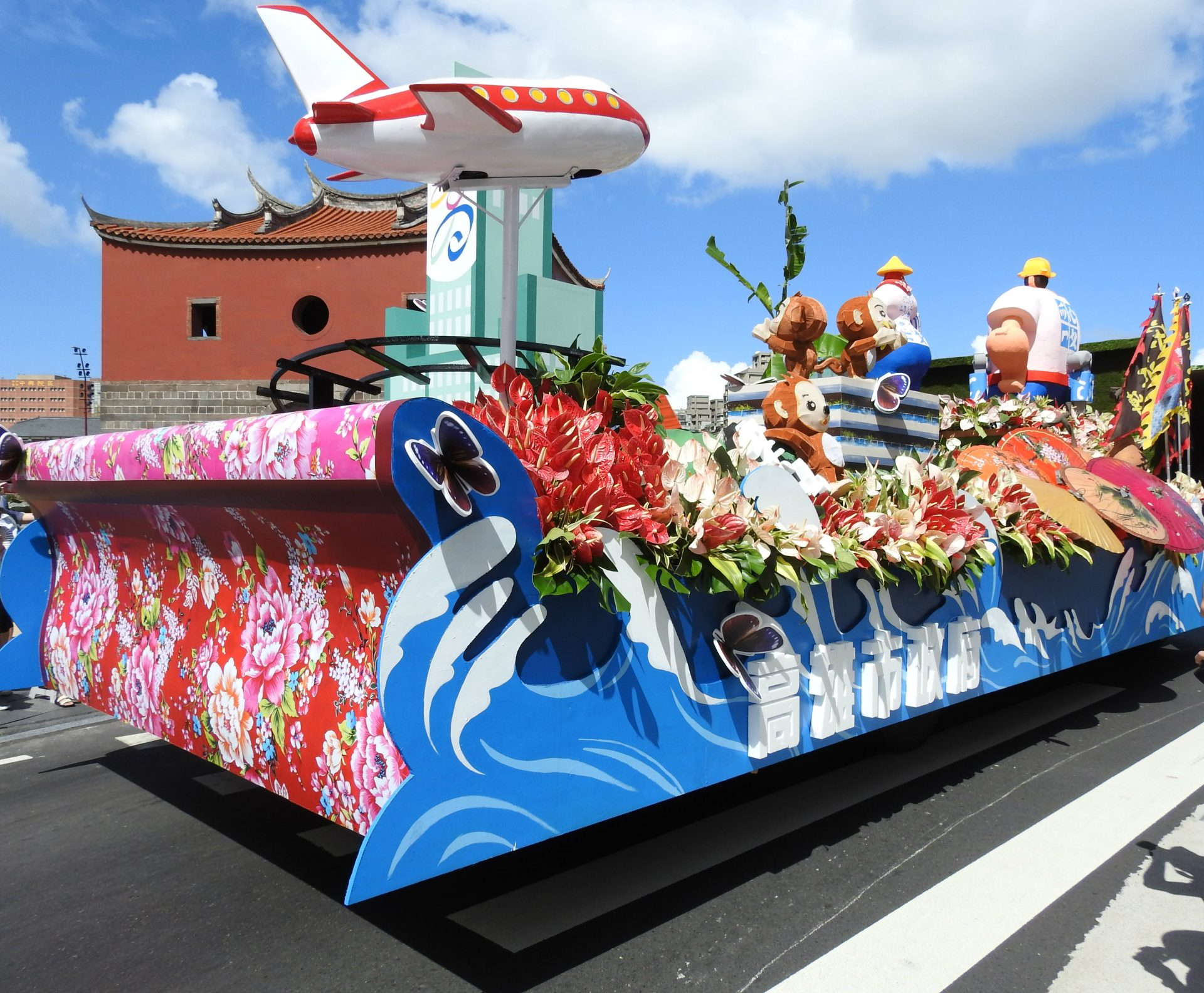 The float presented by the Kaohsiung City Government is covered with models of purple crow butterflies. (Image: Billy Shyu/ Vision Times)