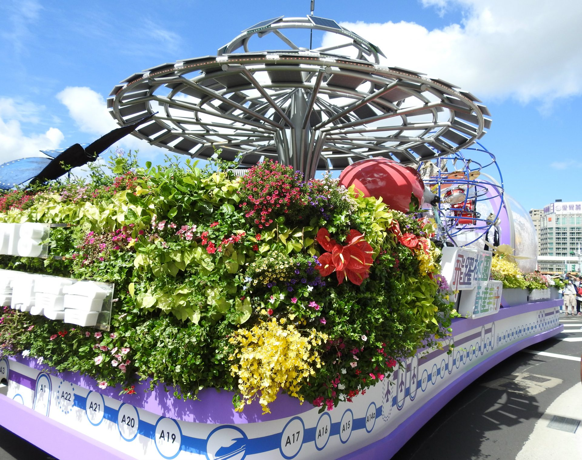 The Taoyuan City Government creates a float showing off its new Airport MRT and the Asia Silicon Valley Plan. (Image: Billy Shyu/ Vision Times)