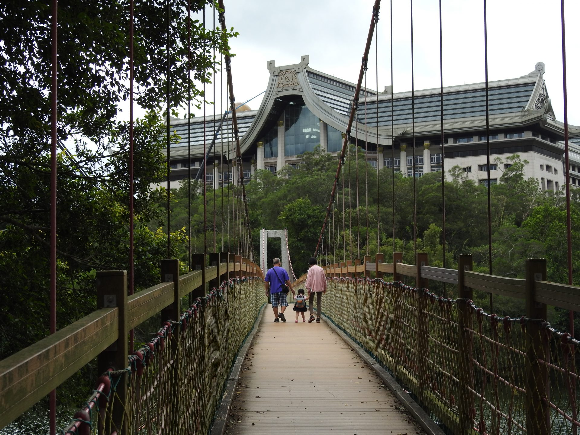 A suspension bridge in Ermei (峨嵋) is leading to a newly established Buddha college. (Image: Billy Shyu/ Vision Times)