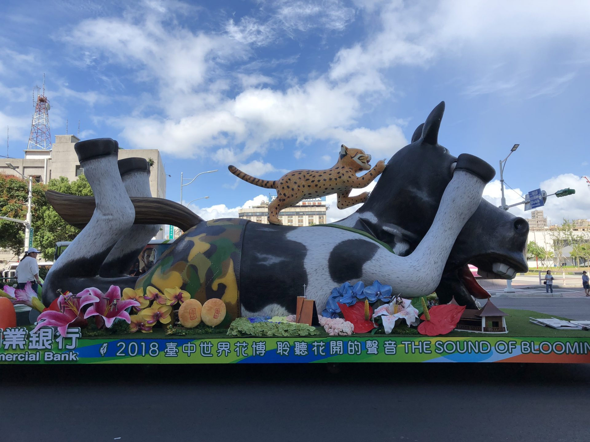 The second part of the float contributed by the Taichung City Government is running on the street in Downtown Taipei. (Image: Billy Shyu/ Vision Times)