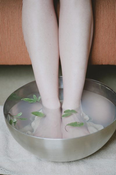 As the air becomes cooler with the changing season, an occasional foot bath can charge you and help to prevent illnesses. (Image: pixabay / CC0 1.0)