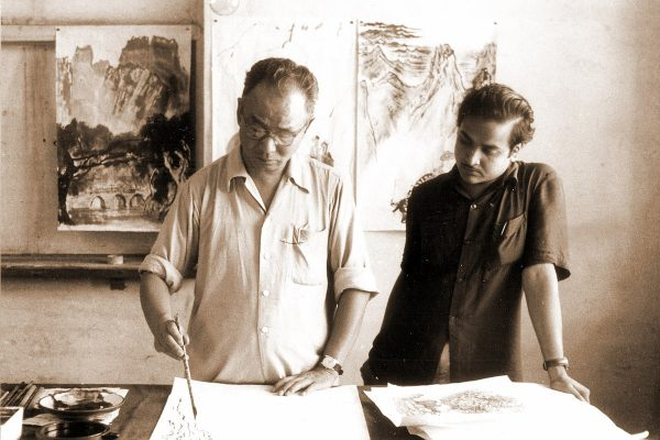 Artist Beohar Rammanohar Sinha visiting Li Ku-Chan's studio in Beijing in 1957. (Image: wikimedia / CC0 1.0)