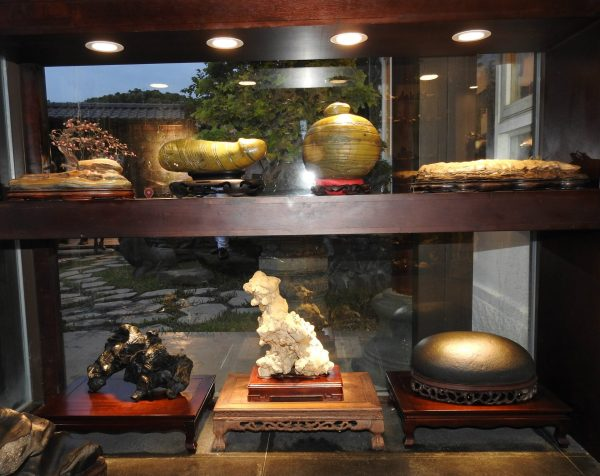 A collection of stones displayed at Amy Liang Bonsai Museum in Taipei, Taiwan (Image: Billy Shyu/ Vision Times)
